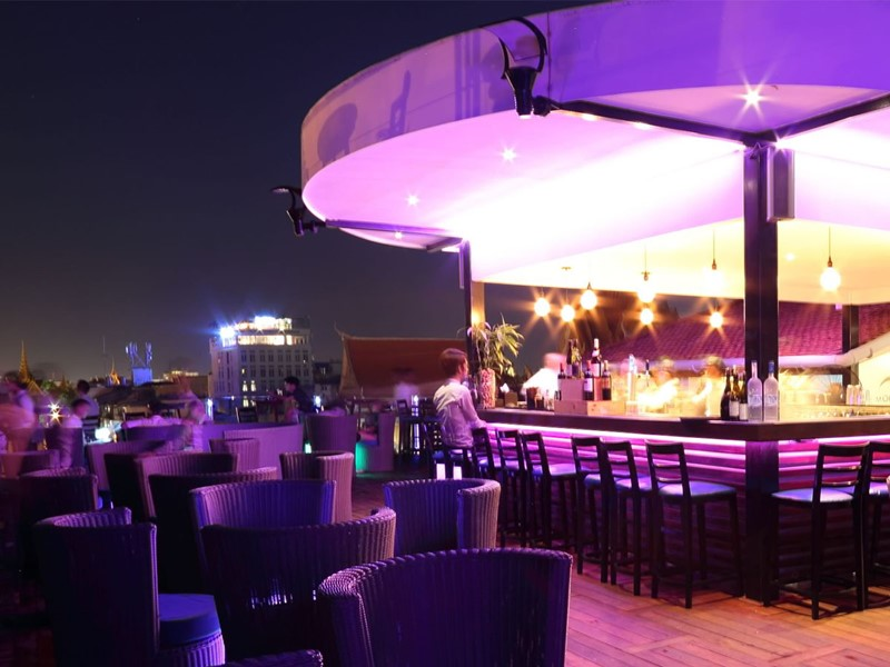 Le bar Lemoon de l'hôtel Amanjaya situé le long du quai Sisowath