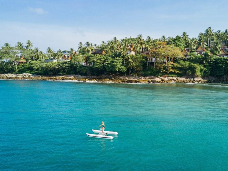 Un établissement qui surplombe l'eau bleu de Thaïlande