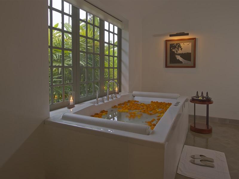 Bain de fleurs au spa de l'hôtel 5 étoiles Amantaka au Laos