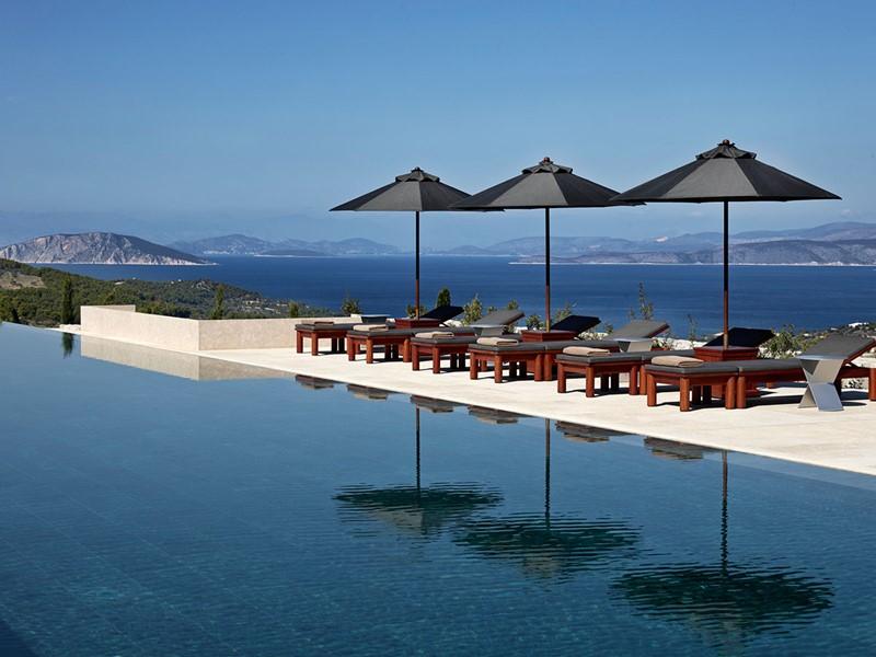 Détente au bord de la piscine de l'hôtel Amanzoé
