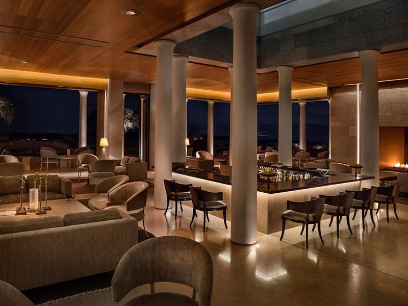 Le bar de l'hôtel Amanzoé situé en Péloponnèse