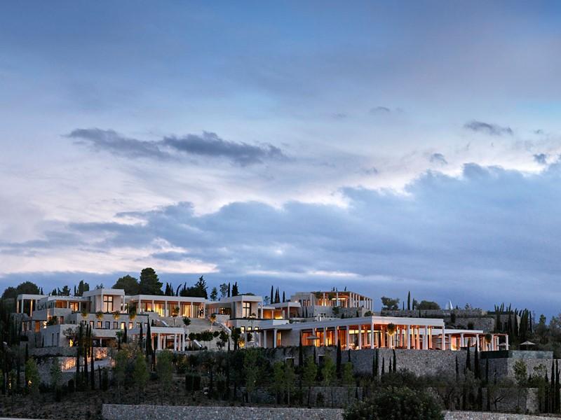 Vue panoramique de l'hôtel Amanzoé situé en Grèce