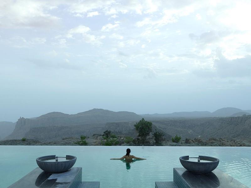 Profitez de la superbe piscine de l'hôtel de luxe Anantara