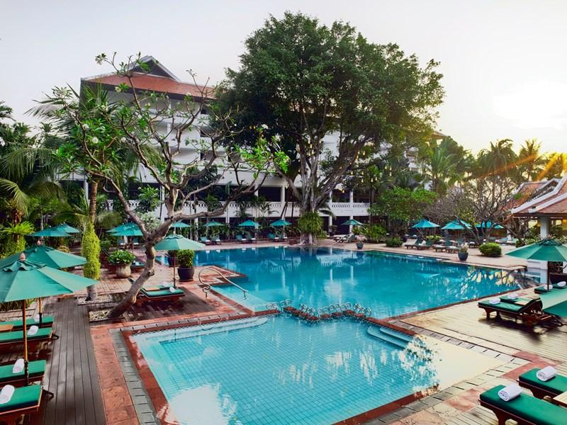 Profitez d'une sublime piscine entourée de végétation