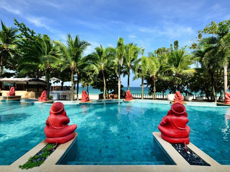 La piscine de l'Andaman White Beach Resort Phuket