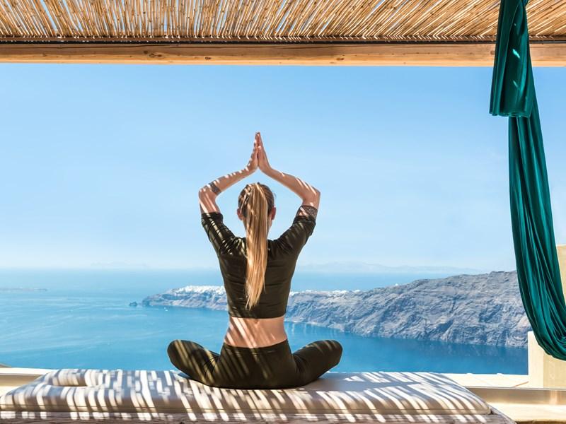 Séace de yoga face aux eaux azur