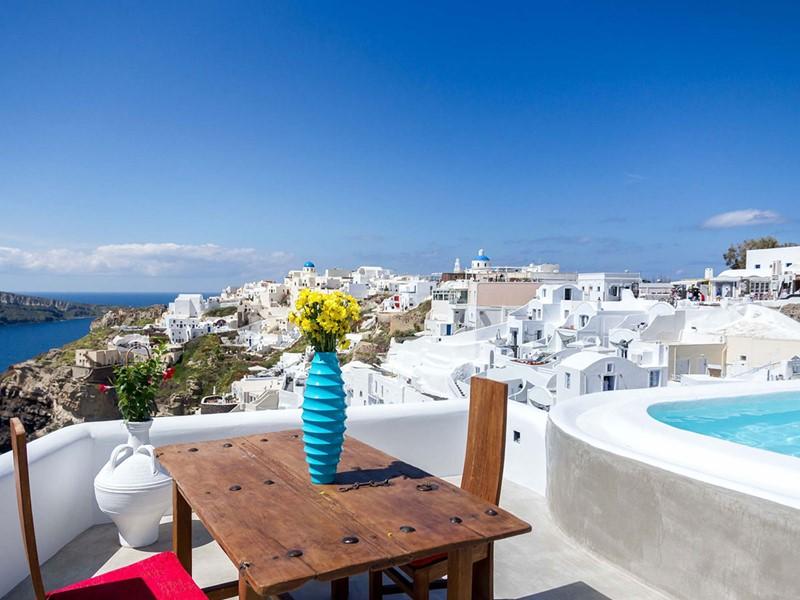 Superbe vue depuis l'Andronis Luxury Suites, niché à flanc de falaise
