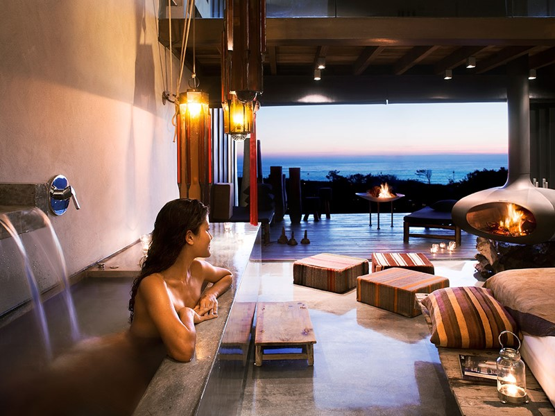 Détente dans le bain à remous de la Love Room de l'Areias do Seixo