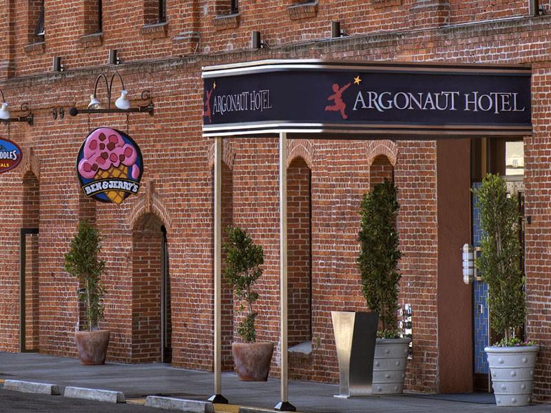 L'entrée de l'Argonaut Hotel inspiré par la légende grecque et les aventuriers de la ruée vers l'or
