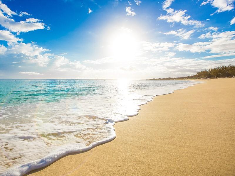 La plage immaculée de l'Atlantis aux Bahamas