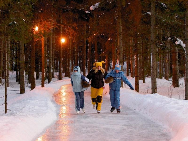 Après une journée à l'Auberge du Lac-à-l'Eau-Claire, enfilez les patins pour une balade unique