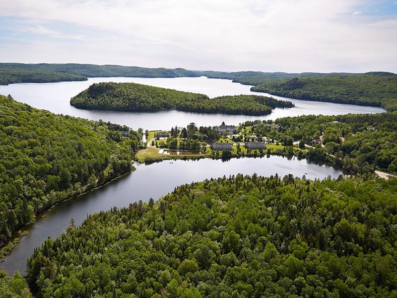 Immergez vous dans un cadre idyllique à l'Auberge du Lac-à-l'Eau-Claire