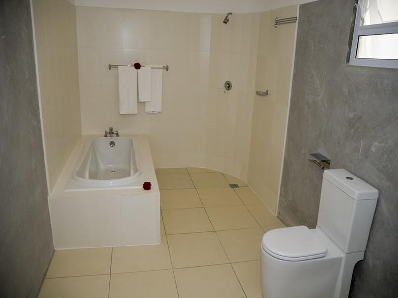 La salle de bain d'une chambre de l'Augerine Guest House