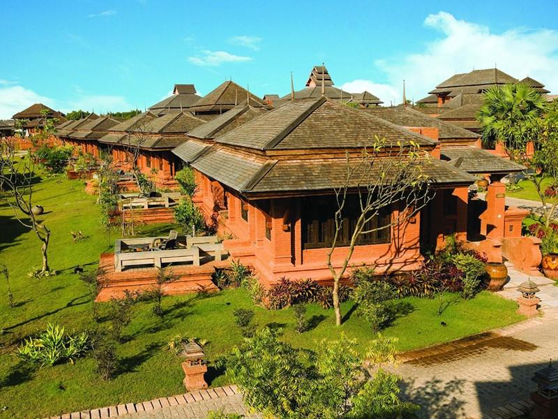 L'hôtel est blotti au cœur d'un vaste jardin tropical