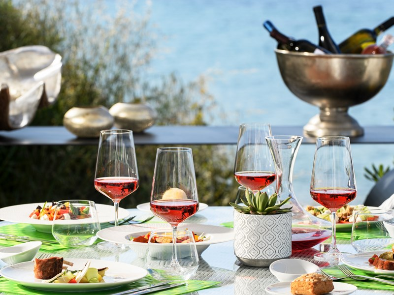 Appréciez une coupe de vin face à la mer