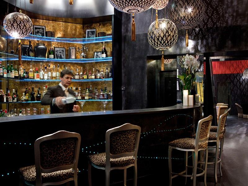 Sirotez des délicieux cocktails au bar de l'hôtel Baglioni
