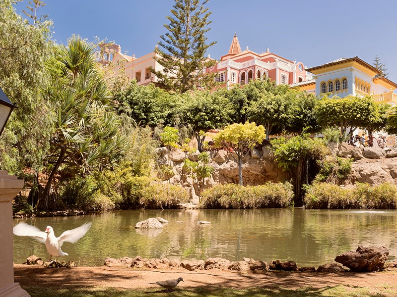 Le jardin verdoyant de l'hôtel Bahia Del Duque