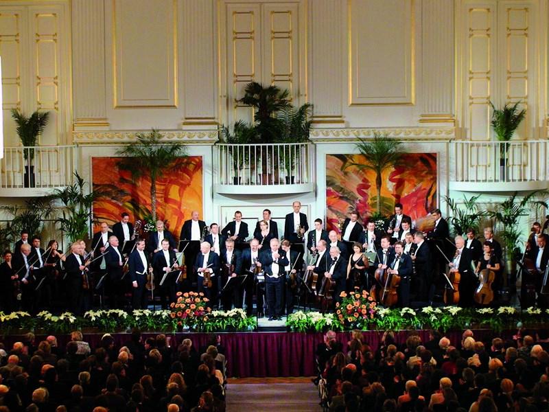 L'Orchestre d'Hofburg de Vienne, plus d'une cinquantaine de musiciens et de chanteurs