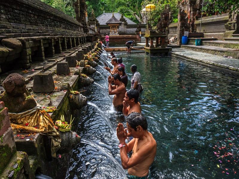 Une visite aux sources sacrées de Tirta Empul est un aperçu dans le coeur spirituel de Bali