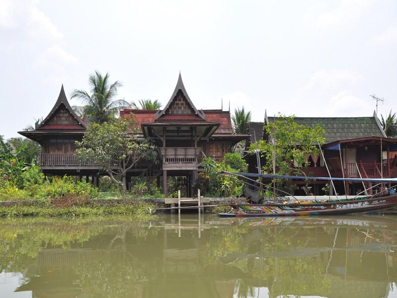 Sur la rivière et le canal Bang Noi, bordé d'anciennes maisons en bois et de petits jardins