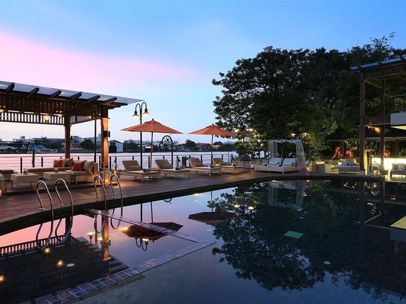 La superbe piscine en bord de rivière du Riva Surya à Bangkok