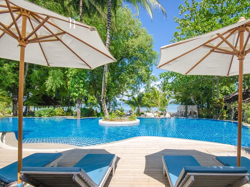 Rafraîchissez-vous au bord de la belle piscine du Paradise Koh Yao