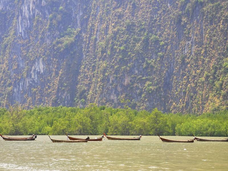 Les bateaux traditionnels thaïlandais sur la baie de Phang Nga