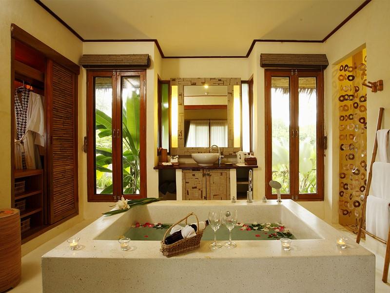 La salle de bain de l'Alocasia Superior Bungalow