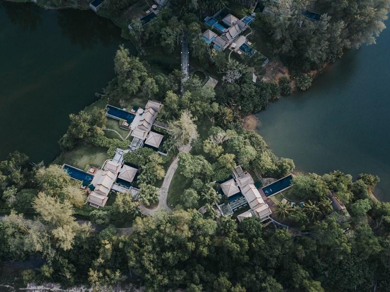 Les villas sont disséminées dans un superbe domaine