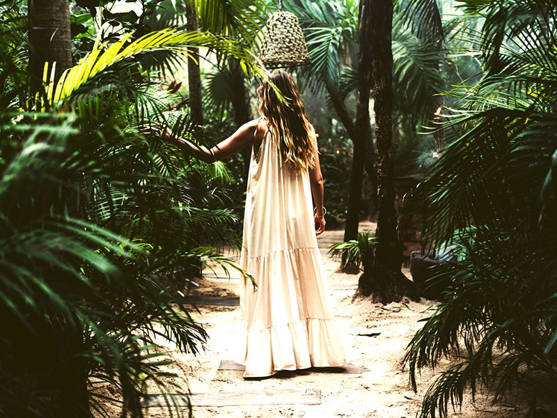 Balade dans le jardin verdoyant de l'hôtel Be Tulum