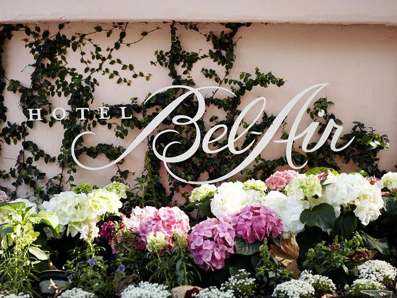 Le Bel-Air vous accueille dans un cadre féérique, au coeur de huit hectares de jardins