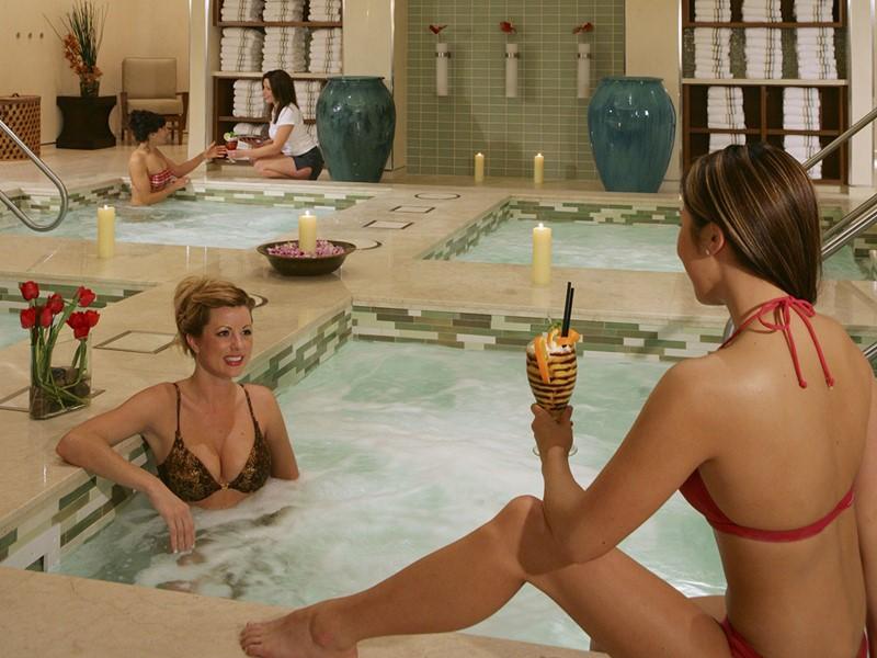 Détente dans le bain à remous de l'hôtel Bellagio