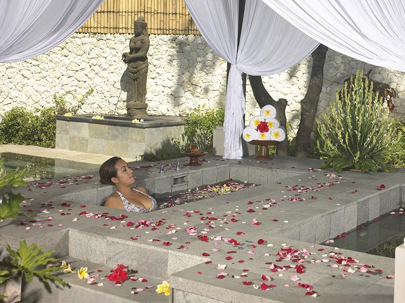 Bain de fleurs au spa du Belmond Jimbaran