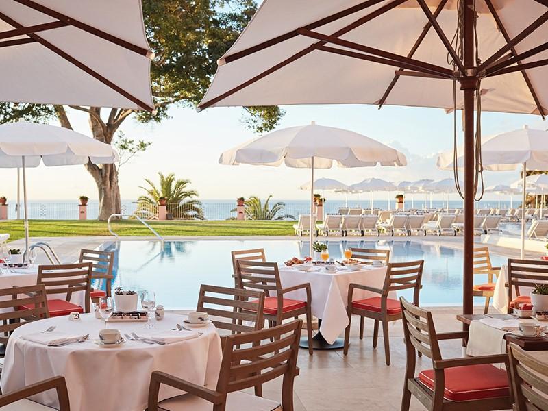 Copieux petit déjeuner au bord de la piscine du Belmond Reid's Palace