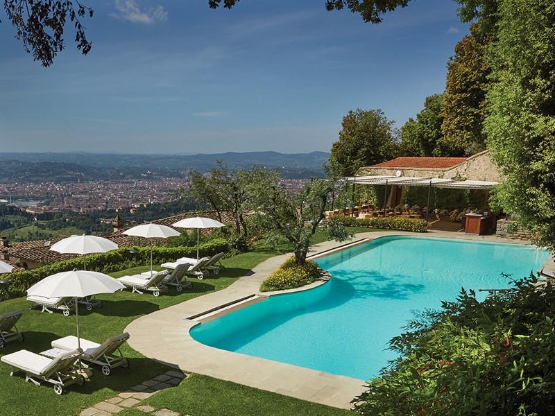 La piscine de l'hôtel, surplombant les collines toscanes