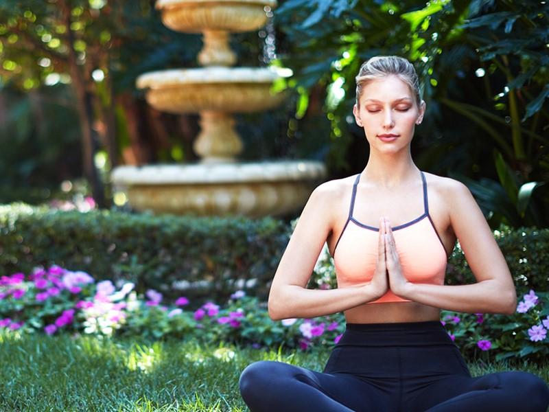 Séance de yoga dans un environment paisible à l'hôtel Beverly Hills