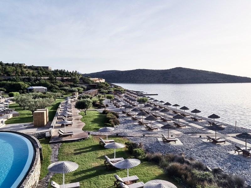 La superbe plage de galets du Blue Palace en Crète