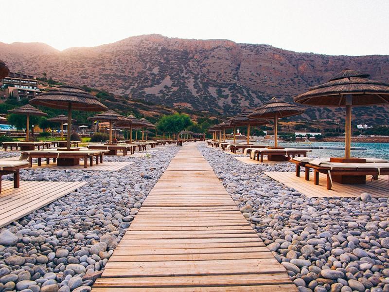 La plage privée de l'hôtel Blue Palace en Crète