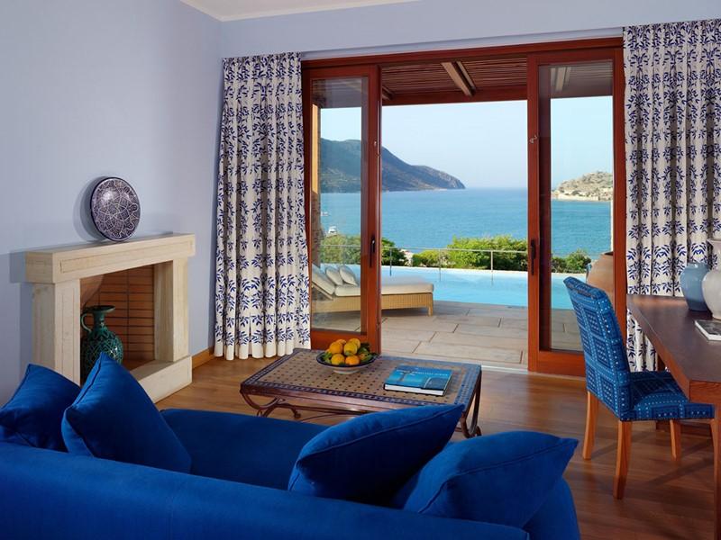 Le salon de la Villa du Blue Palace en Grèce