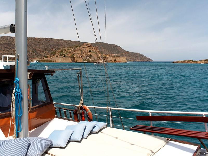 Naviguez sur les eaux claires de la Méditerranée au Blue Palace