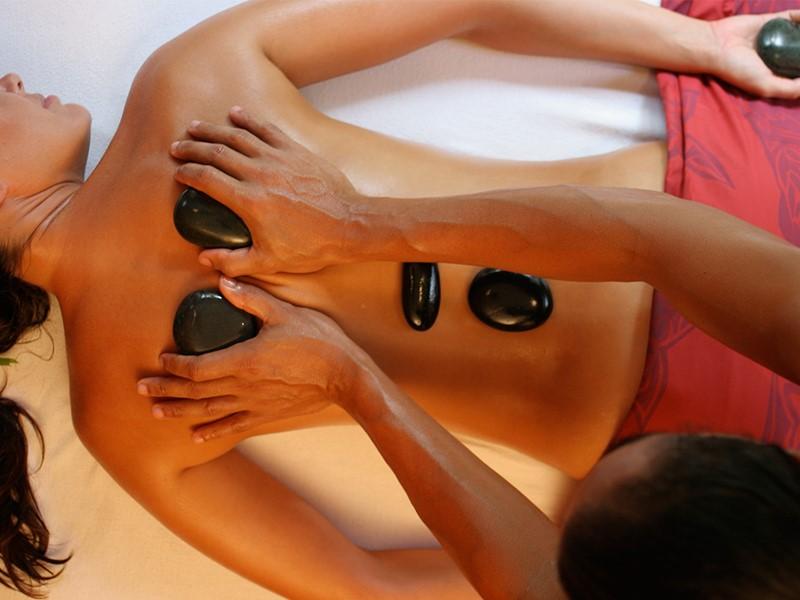 Massage aux pierres chaudes au spa de l'hôtel Bora Bora Pearl Beach en Polynésie