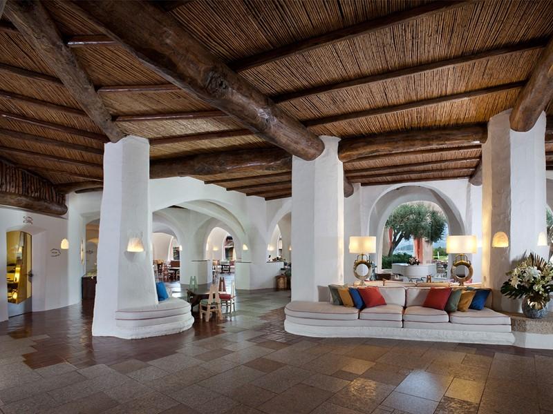 Le lobby de l'hôtel Cala di Volpe en Sardaigne