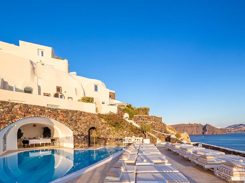 La superbe piscine du Canaves Oia Suites