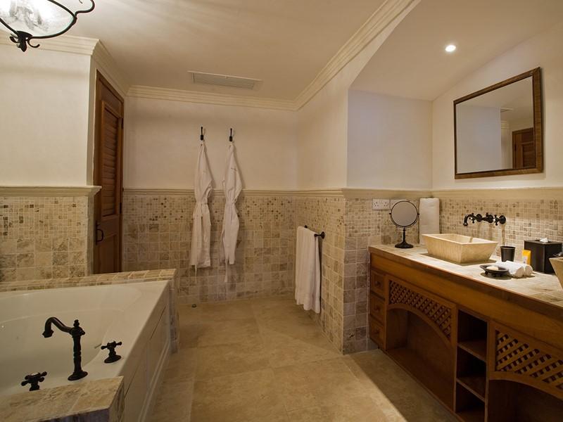 La salle de bain spacieuse des Suites Villas