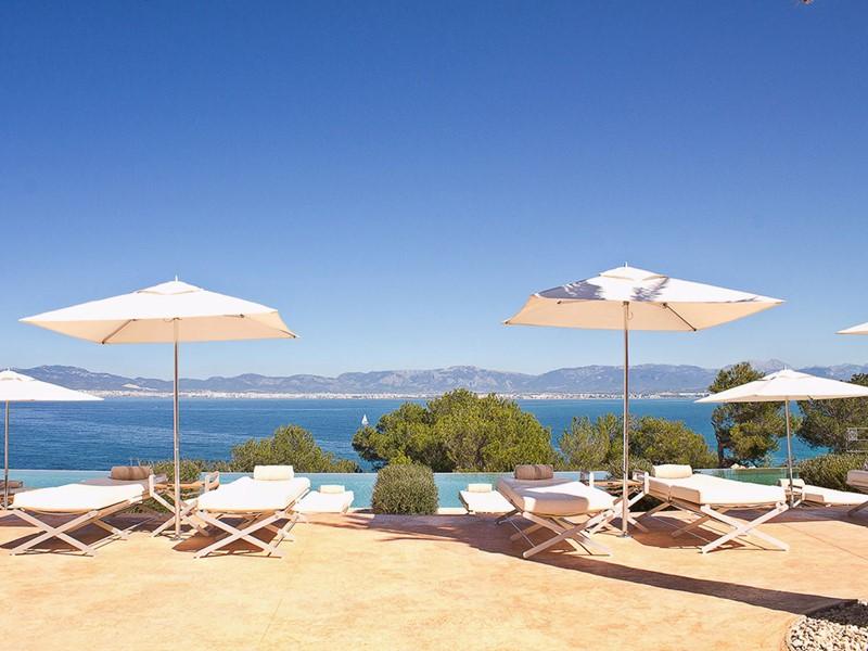 La piscine de l'hôtel Cap Rocat aux Baléares
