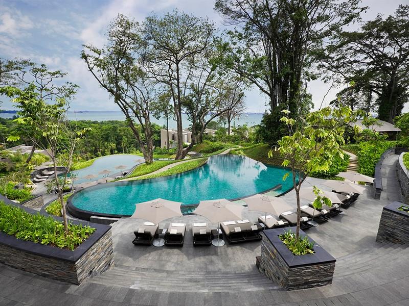 Profitez de la superbe piscine de l'hôtel Capella Singapour