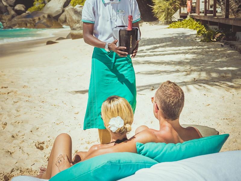 Dégustez du champagne sur la plage du Carana Beach Hotel