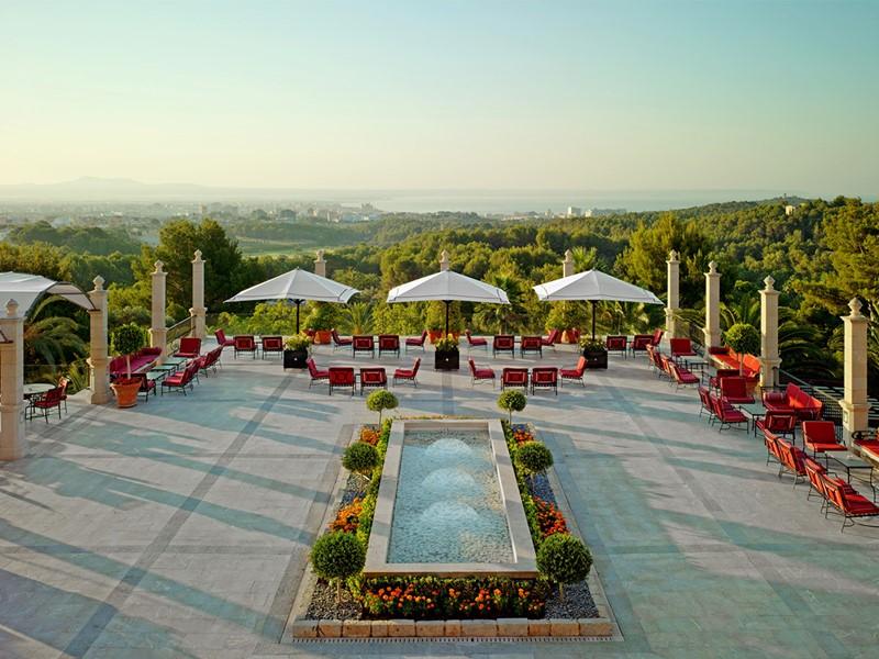 La terrasse de l'hôtel Castillo Son Vida aux Baléares