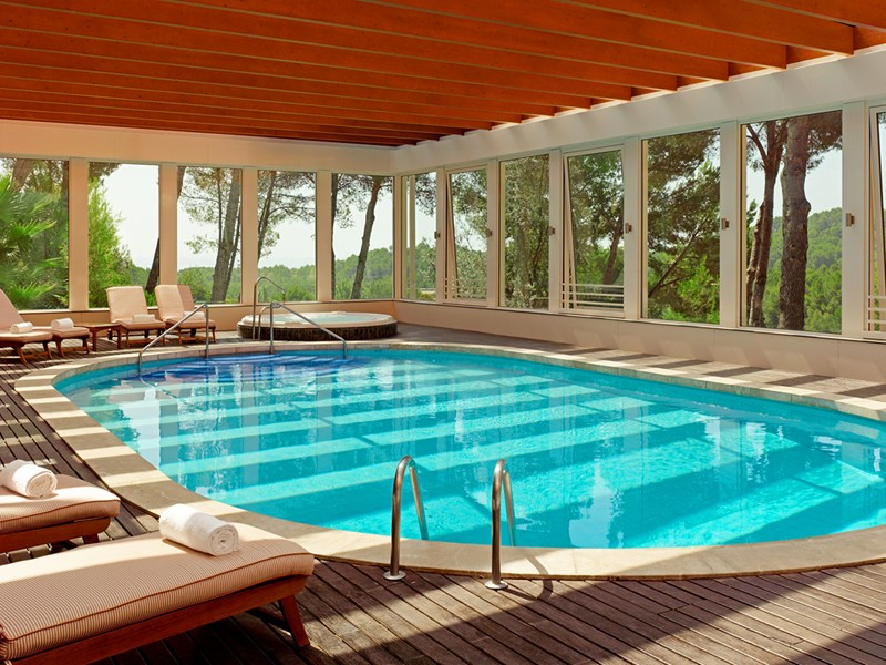 Piscine interne du Castillo Hotel Son Vida à Majorque