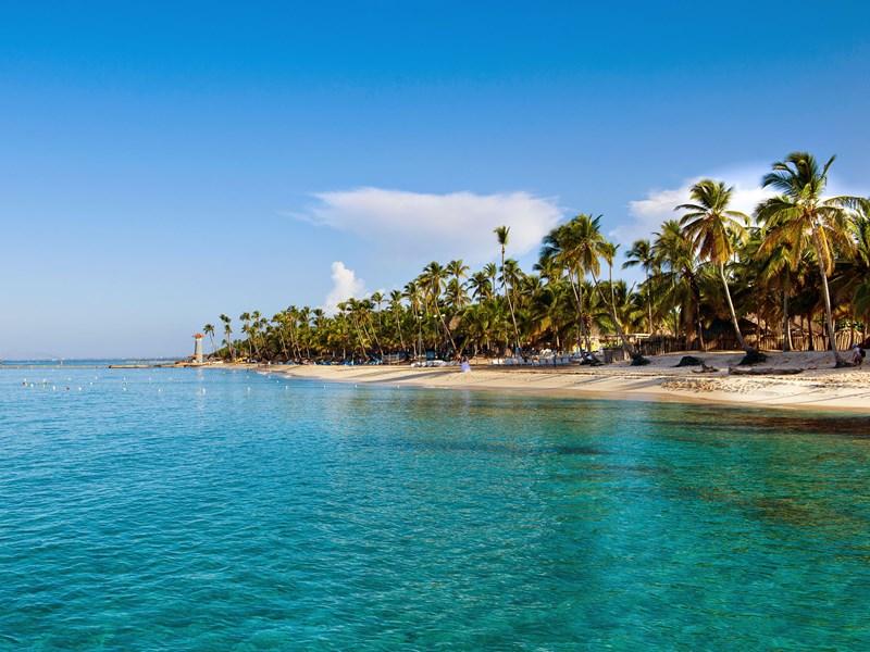 Une plage à l'eau turquoise